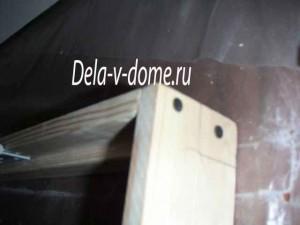 Стык дверной коробки крепим на саморезы