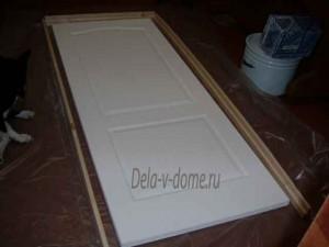 Дверь и брусы дверной коробки