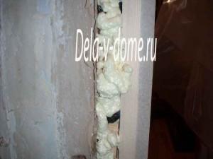 Запениваем стыки между дверной коробкой и стеной