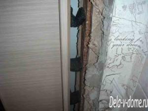 Подготовка зазора между стеной и дверной коробкой для запенивания двери
