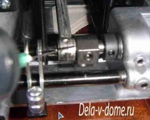 Для смазки вращаем маховое колесо швейной машинки