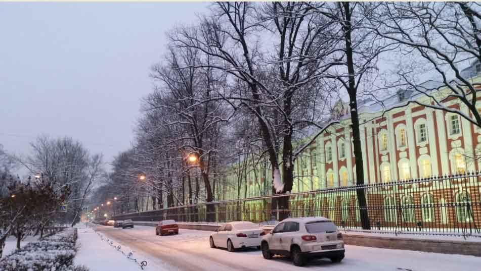 Университет рядом с ночлегом в Питере
